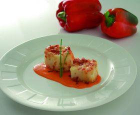 Patata de Galicia rellena de lacón y Queixo Tetilla con crema de pimientos rojos