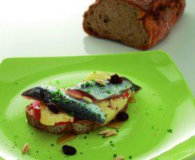 Tostada de pan de Cea con sardina Queso Tetilla y Miel de Galicia