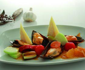 Mejillones en escabeche con frutas y Queso Tetilla