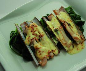 Gratinado de navajas con espinacas y Queso Tetilla