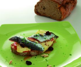 Tostada de pan de Cea con sardiñas, Queixo Tetilla e mel de Galicia