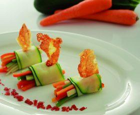 Rolos de verduras ecolóxicas con crocante de Queixo Tetilla